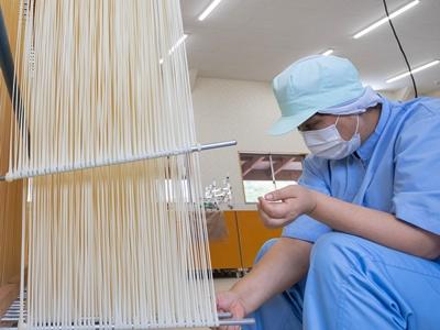 麺を乾燥させる「はたかけ」工程の様子